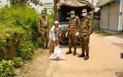 নোয়াখালীতে সেনা সদস্যদের ত্রাণ বিতরণ